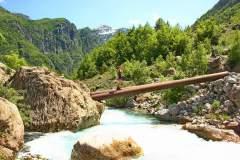 Brücke über den Fluss in Theth
