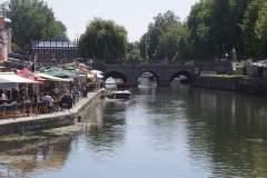 Uferpromenade mit vielen Restaurants am Fluss in Amiens