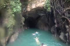 """Rechts kann man das Gewurzel empor klettern, um dann von dem """"Dach"""" der Höhle ins Wasser zu springen"""
