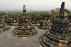 Blick zwischen den charakteristischen glockenähnlichen Stupas hindurch