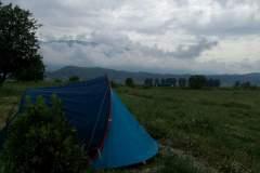 Camping auf einer Wiese nahe Gjirokaster
