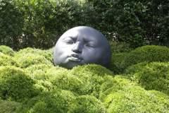 Nahaufnahme einer Skulptur in den Gärten von Ètretat