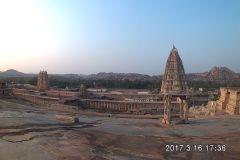 Blick auf-in die Ferne mit Virupashka Tempel in Hampi