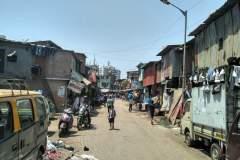 Eine etwas breitere Straße im Dharavi Slum