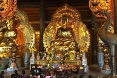 Goldener Buddha im Inneren der Bai Dinh Pagode