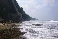 Blick entlang der Küste vom Seruni Beach aus