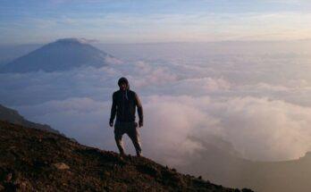 Blick über die Wolken vom Gipfel des Merapis